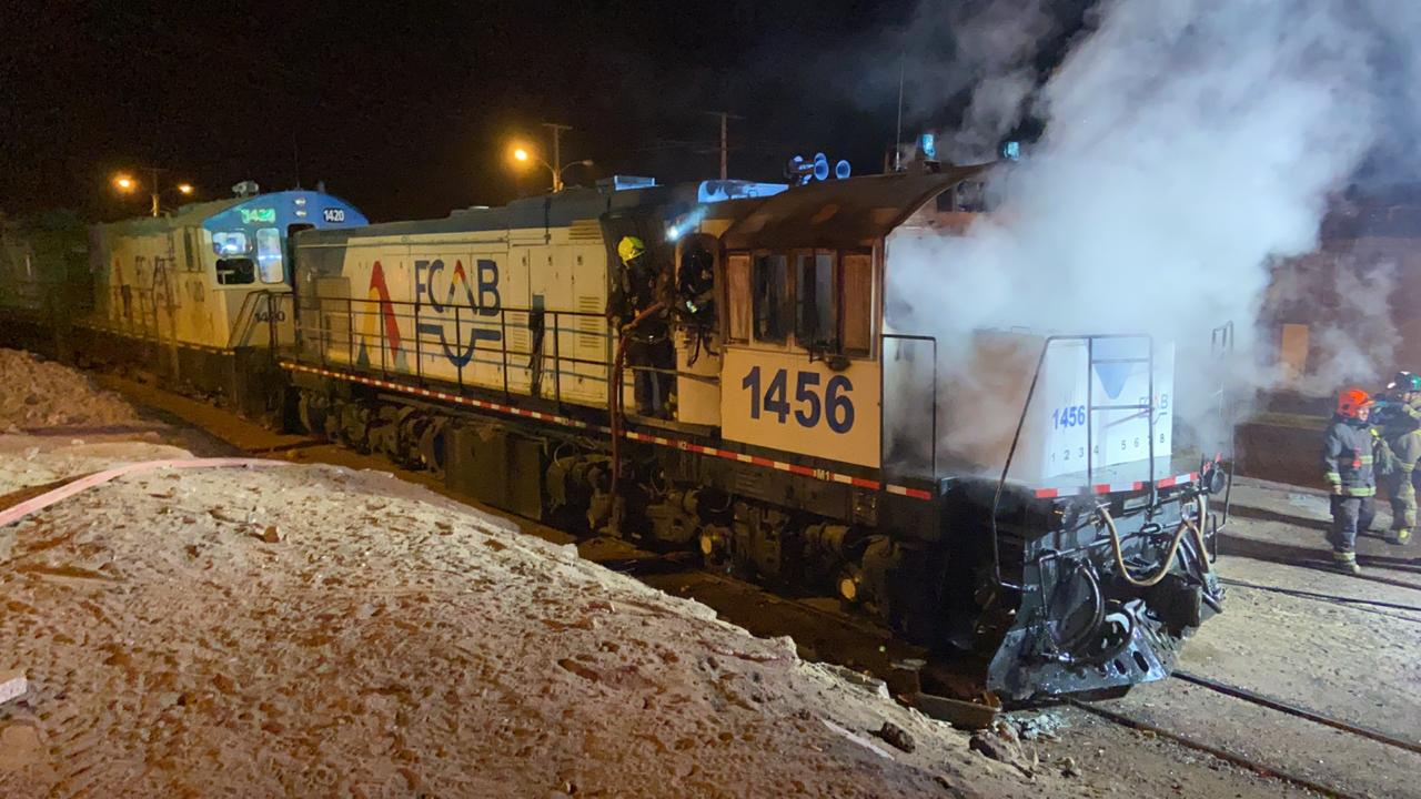 Locomotora incendiada por antisociales